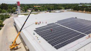 Energie opwekken zonnepanelen distributiecentrum