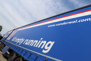 De tekst Kill empty running op een Van der Wal vrachtwagen